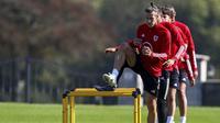 Pemain Timnas Wales, Gareth Bale, tampak serius mengikuti latihan jelang laga UEFA Nations League di Hensol, South Wales, Senin (31/8/2020). Wales akan berhadapan dengan Finlandia. (AFP/Geoff Caddick)