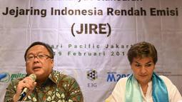 Kepala Bappenas Bambang Brodjonegoro (kiri) didampingi pemrakarsa M2020 Christina Figueres memberi paparan dalam peluncuran Jejaring Indonesia Rendah Emisi (JIRE) di Jakarta, Selasa (19/2). (Liputan6.com/HO/Mic)