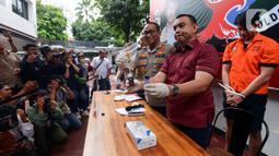 Petugas memperlihatkan barang bukti saat rilis kasus narkoba artis peran Aulia Farhan di Polda Metro Jaya, Jumat (21/2/2020). Aulia Fahran diciduk bersama seseorang berinisial G di lobi sebuah hotel di Jakarta Selatan pada Kamis (20/2) dini hari dengan paket sabu-sabu. (merdeka.com/Imam Buhori)