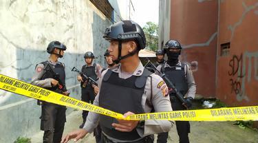 Densus 88 Antiteror Mabes Polri menggelar olah TKP di rumah terduga teroris E di Cibinong, Bogor, Sabtu (18/5/2019).