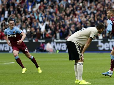 Striker West Ham, Andriy Yarmolenko, merayakan gol yang dicetaknya ke gawang Manchester United pada laga Premier League di Stadion London, London, Minggu (22/9). West Ham menang 2-0 atas MU. (AFP/Ian Kington)