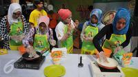 Juru masak sedang mendemonstrasikan membuat jajanan tradisional di Pasar Pondok Labu, Jakarta Selatan (10/09). Kegiatan bersama ibu-ibu PKK sebagai bentuk kepedulian terhadap pelestarian makanan tradisonal. (Liputan6.com/Gempur M Surya).
