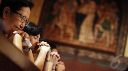 Umat Kristiani sangat khidmat melaksanakan ibadah di Gereja Katedral, Jakarta, Kamis (25/12/2014). (Liputan6.com/Faizal Fanani)