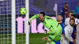 Thibaut Courtois. Kiper 29 tahun ini didatangkan Real Madrid dari Chelsea pada musim 2018/2019 dengan nilai transfer sebesar 32 juta euro. Total 3 musim, ia telah mengoleksi 1 trofi LaLiga dan Piala Super Spanyol dan tampil dalam 129 laga dengan torehan 52 clean sheet. (Foto: AFP/Javier Soriano)