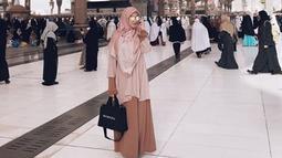 Pemain film 'Satu Suro' ini memilih tampil dengan outfit yang simple dan berdominasi warna pink. (Liputan6.com/IG/@citraciki)