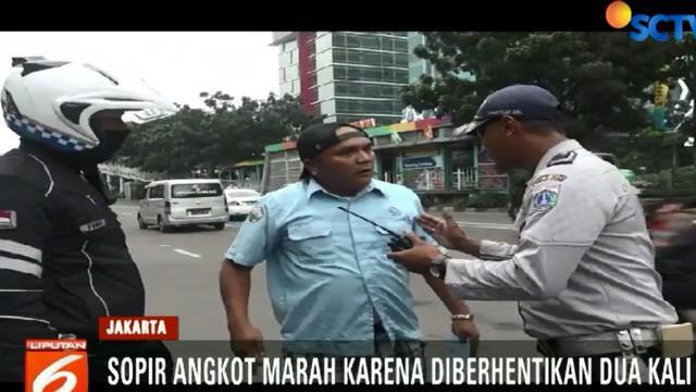 Seorang penumpang di dalam angkot juga turut memprotes sikap petugas karena terlalu lama kendaraan di berhentikan.