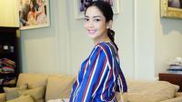 Kalau yang satu ini, Ririn mengenakan dress berwarna biru dengan motif garis-garisnya. Selain aura cantiknya terpancar, Ririn juga terlihat lebih segar pengaruh dari warna busananya. (Instagram/ririndwiariyanti)