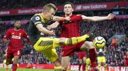 Bek Liverpool, Andrew Robertson, menghadang tendangan pemain Southampton, James Ward-Prowse, pada laga Premier League di Stadion Anfield, Sabtu (1/2/2020). Liverpool menang 4-0 atas Southampton. (AP/Jon Super)