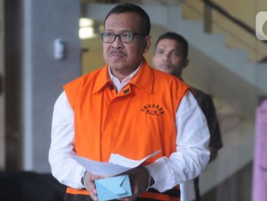 Agus Suryanto, staf khusus Bupati Kudus Muhammad Tamzil berjalan keluar akan menjalankan salat jumat saat diperiksa penyidik di Gedung KPK, Jakarta, Jumat (22/11/2019). Agus Suryanto diperiksa sebagai tersangka terkait kasus suap pengisian jabatan perangkat daerah Kabupaten Kudus tahun 2019. (merdek