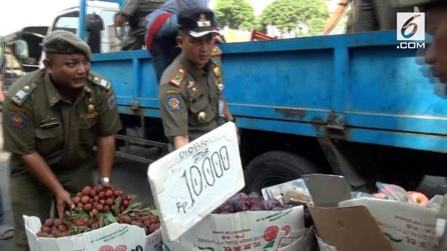 Razia PKL di kawasan Tanah Abang diwarnai oleh perlawanan dari pedagang yang tidak terima dagangannay disita