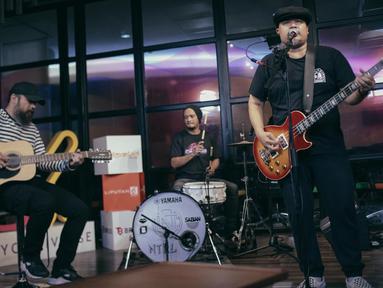 Penampilan NTRL dalam KLY Lounge di Gedung KLY Gondangdia, Jakarta, Jumat (9/11). Bagus cs menceritakan tentang lagu baru mereka. (Liputan6.com/Faizal Fanani)