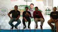 Pelatih Timnas Indonesia U-22, Indra Sjafri (dua dari kiri), saat berada di Makassar, Sabtu (24/8/2019). (Bola.com/Abdi Satria)