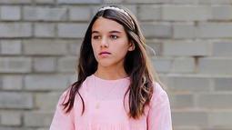 Gadis yang kini berusia 13 tahun ini tampak flawless dengan dress berwarna merah muda ditambah dengan hiasan aksesoris rambut dan kalung. (Liputan6.com/IG/@suricruise.official)