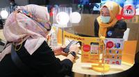 Customer service melayani pelanggan pada Hari Pelanggan Nasional (Harpelnas) di gerai Indosat Ooredoo Mall Kota Kasablanka, Jakarta, Sabtu (04/9/2021). Harpelnas 2021, Indosat Ooredoo melalui IM3 Ooredoo, menghadirkan Gerai Online Indosat Ooredoo. (Liputan6.com/HO/Rizki)