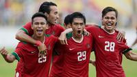 Para pemain Indonesia merayakan gol yang dicetak oleh Septian David Maulana ke gawang Myanmar pada Laga Sea Games 2017 di Stadion MPS, Selangor, Selasa (29/8/2017). Indonesia menang 3-1 atas Myanmar. (Bola.com/Vitalis Yogi Trisna)