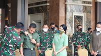 KSAD Jenderal TNI Andika Perkasa kemudian menyematkan tag nama baru untuk Serda Aprilia Santini Manganang. (Liputan6.com/Nanda Perdana Putra)