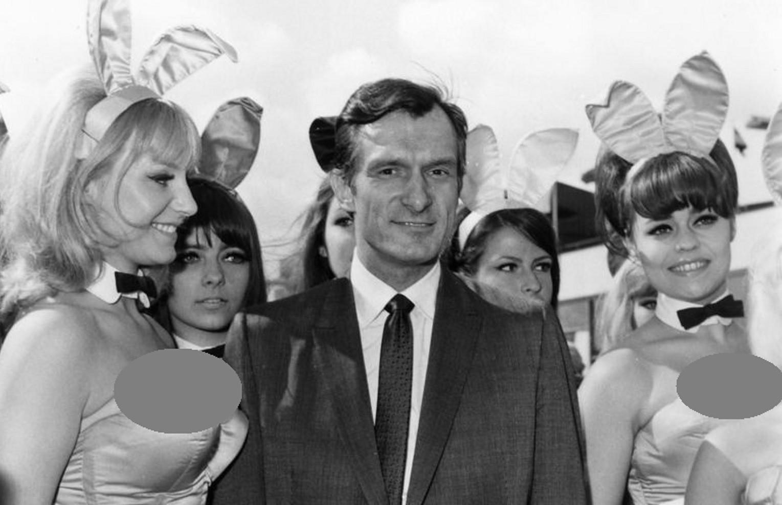 Hugh Hefner bersama Playboy Bunnies di tahun 1966 (Getty/ Cosmopolitan)