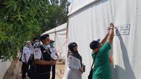 Petugas PPIH mulai memasang nomor tenda Arafah, Minggu (05/08). (foto: istimewa)