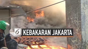 Kebakaran melanda rumah di daerah Warajas Jakata Utara. Api menghanguskan 10 rumah. Dugaan sementara, kebakarn dipicu korsleting listrik.