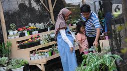 Pengunjung melihat-lihat tanaman yang dijual pada pameran Keanekaragaman Hayati Nusantara Expo di Lapangan Banteng, Jakarta, Sabtu (30/11/2019). Pameran dalam rangka memperingati Hari Cinta Puspa dan Satwa Nasional 2019 ini berlangsung hingga 8 Desember mendatang. (Liputan6.com/Helmi Fithriansyah)