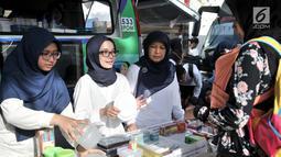 Petugas BPOM mensosialisasikan tempat makan yang memenuhi syarat atau tidak kepada warga saat peringatan HUT ke-18 BPOM di Sarinah, MH Thamrin, Jakarta, Minggu (10/2).  (Merdeka.com/Iqbal S. Nugroho)
