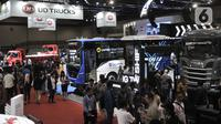 Sejumlah kendaraan dipemerkan dalam GAIKINDO Indonesia International Commercial Vehicle Expo (GIICOMVEC) di JCC, Senayan, Jakarta, Kamis (5/3/2020). GIICOMVEC 2020 berlangsung hingga 8 Maret. (merdeka.com/Iqbal Nugroho)