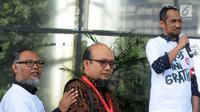 Penyidik senior KPK Novel Baswedan (tengah) dan mantan Wakil Ketua KPK Bambang Widjojanto (kiri) mendengarkan mantan Ketua KPK Abraham Samad (kanan) berbicara saat penyambutan dirinya di Gedung KPK, Jakarta, Jumat (27/7). (Merdeka.com/Dwi Narwoko)