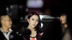Aida Saksia melaporkan sang suami, Rindra ke Polres Jakarta Selatan atas tindak kekerasan yang ia alami belum lama ini, Minggu (16/11/2014). (Liputan6.com/Faizal Fanani)