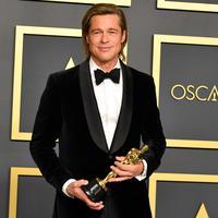 Brad Pitt berpose di ruangan pers seusai menerima piala Oscar dalam ajang Academy Awards ke-92 di Dolby Theatre, Los Angeles, Minggu (9/2/2020). Brad Pitt menyabet penghargaan sebagai Aktor Pendukung Terbaik untuk aktingnya di film Once Upon a Time in Hollywood. (Amy Sussman/Getty Images/AFP)