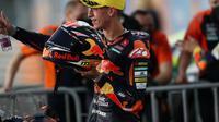 Pembalap Red Bull KTM Ajo, Pedro Acosta, menjuarai balapan Moto3 Doha, di Sirkuit Losail, Minggu (5/4/2021). (Twitter/Red Bull KTM Ajo)