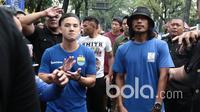 Kim Jefrey, Haryono, Atep dan para pemain Persib Bandung bersiap mengikuti jalan santai di Stadion Siliwangi, Bandung, Minggu (2/4/2017. Jalan Santai ini merupakan rangkaian dari Peluncuran Tim Persib Bandung. (Bola.com/Nicklas Hanoatubun)