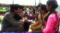 11 Pasangan pengantin di Yogyakarta mengikat janji suci di atas traktor. (Liputan6.com/Fathi Mahmud)