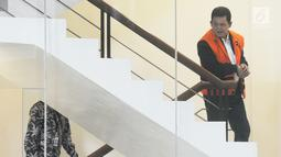 Walikota Pasuruan Setiyono bersiap menjalani pemeriksaan lanjutan di gedung KPK, Jakarta, Jumat (11/1). Setiyono diperiksa untuk melengkapai berkas dugaan suap sejumlah proyek di wilayah Kota Pasuruan, Jawa Timur. (Merdeka.com/Dwi Narwoko)