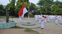 Mendikbud Anies Baswedan memajibkan sekolah menggelar upacara bendera setiap Senin. (wikipedia.org)