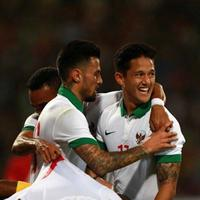Tangis Boaz Solossa tumpah ketika Timnas Indonesia gagal rebut Piala AFF 2016, sementara Irfan Bachdim masih terus semangati rekannya. (Foto: Instagram @ibachdim)