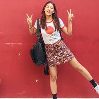 Monita memang kerap meggunakan pakaian yang sederhana. Seperti foto ini. Hanya menggunakan kaos, rok pendek dan juga sepatu putih membuat penampilan Monita justru terlihat kece dan modis. (Liputan6.com/Instagram/@monitatahalea)