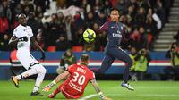 Aksi pemain PSG, Neymar (kanan) mengecoh kiper Dijon, Baptiste Reynet pada laga Ligue 1 di Parc des Princes stadium, Paris, (17/1/2018). PSG menang telak 8-0. (AFP/Christope Archambault)