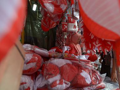 Pedagang bendera menunggu calon pembeli di kawasan Pasar Jatinegara, Jakarta, Rabu (14/8/2019). Pedagang musiman memajang beragam jenis aksesoris seperti bendera merah putih, umbul-umbul dan lambang Garuda untuk perayaan HUT ke-74 RI pada 17 Agustus 2019 mendatang. (merdeka.com/imam buhori)