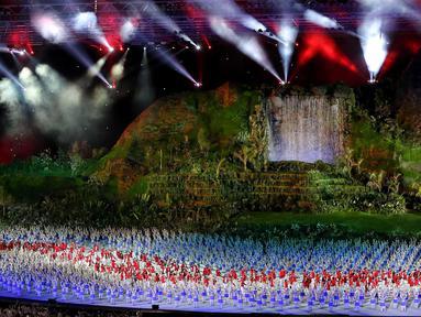 Atlet kontingen Indonesia memasuki stadion pada pembukaan Asian Games 2018 di Stadion Utama Gelora Bung Karno (SUGBK), Jakarta, Sabtu (18/8). Atlet renang I Gede Siman Sudartawa dipercaya menjadi pembawa bendera Merah Putih. (Liputan6.com/Ferbian Pradolo)