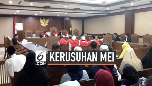 Pengadilan negeri Jakarta Pusar menggelar sidang perdana kerusuhan 21-22 Mei 2019. Sidang menghadirkan puluhan terdakawa yang diduga memberikan bantuan kepada pelaku.