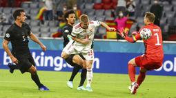 Pemain Hungaria Andras Schaefer mencetak gol ke gawang Jerman yang dijaga Manuel Neuer pada pertandingan Grup F Euro 2020 di Allianz Arena, Munich, Jerman, Rabu (23/6/2021). Pertandingan berakhir imbang 2-2. (Kai Pfaffenbach/Pool via AP)