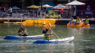 Sejumlah orang bermain kayak di danau buatan Bassin de la Villette dalam acara Paris Plages, Paris, Prancis, 18 Juli 2020. Acara Paris Plages digelar dari 18 Juli hingga 30 Agustus, menawarkan beragam kegiatan di tepi Sungai Seine dan Bassin de la Villette. (Xinhua/Aurelien Morissard)