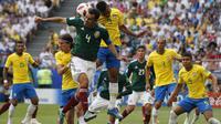 Striker Brasil, Gabriel Jesus, duel udara dengan bek Meksiko, Rafael Marquez, pada babak 16 besar Piala Dunia di Samara Arena, Samara, Senin (2/6/2018). Brasil menang 2-0 atas Meksiko. (AP/Franck Augstein)