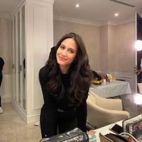 Pevita Pearce tampil memesona dengan balutan pakaian warna hitam (Dok.Instagram/@pevpearce/https://www.instagram.com/p/B-yCDItpeMk/Komarudin)