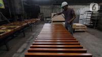 Pekerja membuat mebel di kawasan Tangerang, Selasa (3/11/2020). Kementerian Koperasi dan UKM mengajak para pelaku UMKM yang telah siap mengekspor untuk memanfaatkan Generalized System of Preference (GSP). (Liputan6.com/Angga Yuniar)