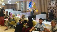 Sejumlah calon jemaah Umrah menunggu pengembalian dana atau refund di Kantor First Travel di GKM Green Tower, Jakarta, Kamis (27/7). Sebagian calon jemaah menolak pengembalian dana 50 persen dari total pembayaran. (Liputan6.com/Immanuel Antonius)