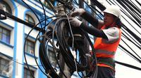Petugas PLN saat melakukan penertiban jaringan ilegal di tiang listrik PLN di Menteng Raya,Jakarta, (02/3). Pihak PLN akan menertibkan 48 lokasi yang dianggap ada jaringan ilegal. (Liputan6.com/Faisal R Syam)