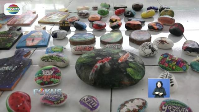 Para seniman muda di Jember, Jawa Timur, sulap batu kali jadi lukisan tiga dimensi bernilai tinggi.