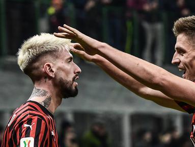 Pemain AC Milan Samu Castillejo (kiri) merayakan golnya ke gawang SPAL bersama Krzysztof Piatek pada babak 16 besar Coppa Italia 2019/2020 di Stadion San Siro, Milan, Italia, Rabu (15/1/2020). AC Milan menang 3-0. (Miguel MEDINA/AFP)