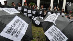 Sejumlah aktivis dari Gema Tapteng mengenakan pakaian serba hitam saat melakukan aksi unjuk rasa di depan gedung KPK, Jakarta, Kamis (26/4). Suap tersebut terkait sengketa Pilkada Tapanuli Tengah 2011 lalu. (Merdeka.com/Dwi Narwoko)